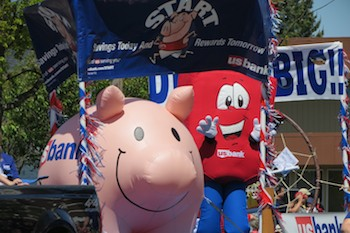US Bank's Inflatable Pig on Parade Float